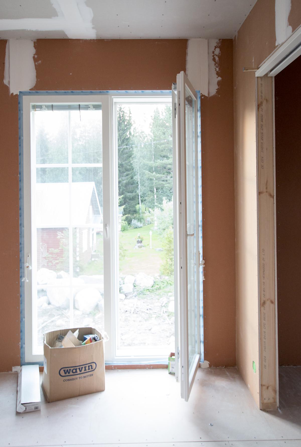 Myös vanhempien makuuhuoneen ja vaatehuoneen välillä on seinän sisään liukuva ovi.