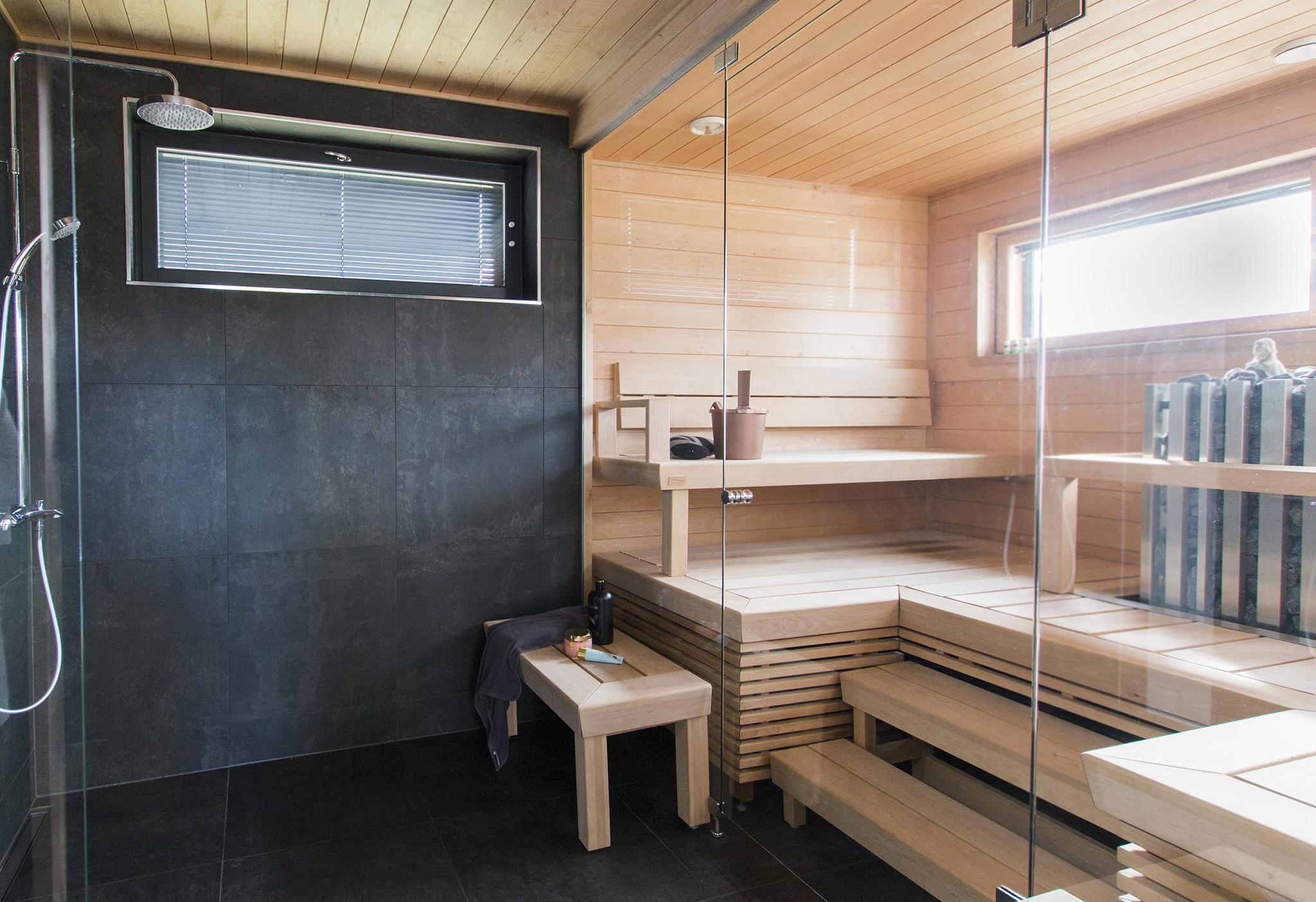 moderni sauna, tumma kylpyhuone, jukkatalo